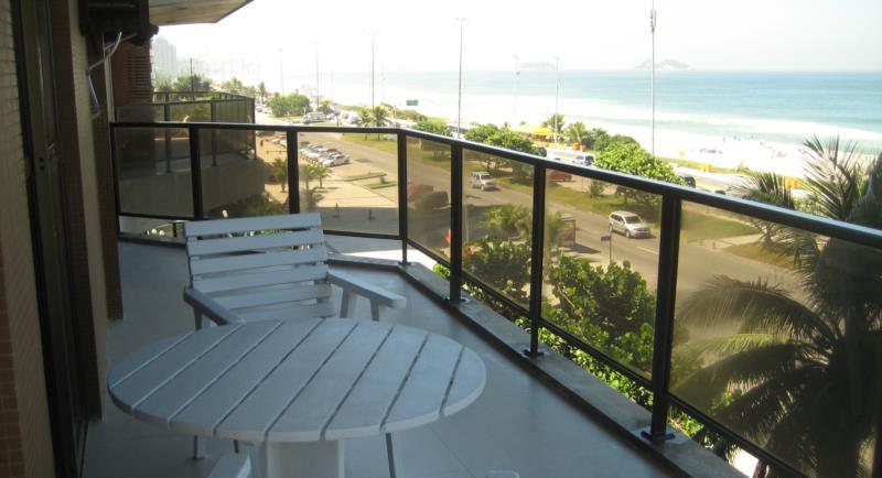 <Flat na Av. Lucio Costa - frente mar